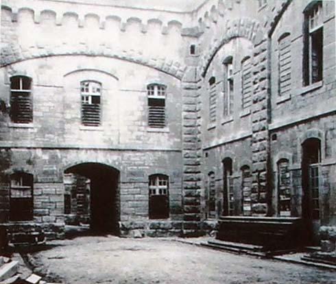 La cour de la caserne du fort de la Malmaison
