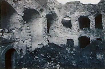 La cour de la caserne du fort après les bombardements de l'offensive du 23 octobre 1917