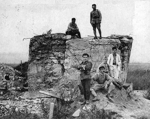 Soldats Français sur l'observatoire en béton construit par les Allemands dans le fort