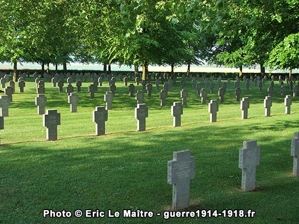 Plusieurs rangées de sépultures allemandes à Belleau