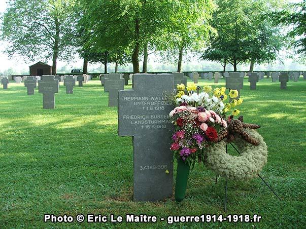 Tombe fleurie au cimetière allemand de Belleau