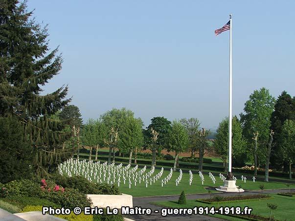 Le drapeau américain flotte au dessus des sépultures de soldats tombés en 1918