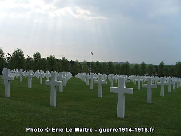 Alignement de croix funéraires au cimetière américain Oise-Aisne