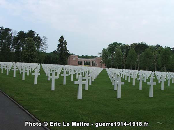 Des pierres tombales et le mémorial du cimetière américain Oise-Aisne