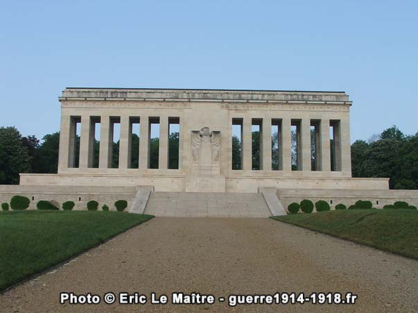 Colonnade double du monument américain de la cote 204