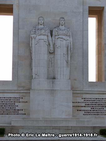 Monument de la cote 204 - La France et l'Amérique main dans la main