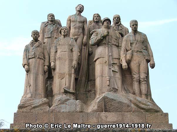 Les huit fantômes du monument de la butte de Chalmont