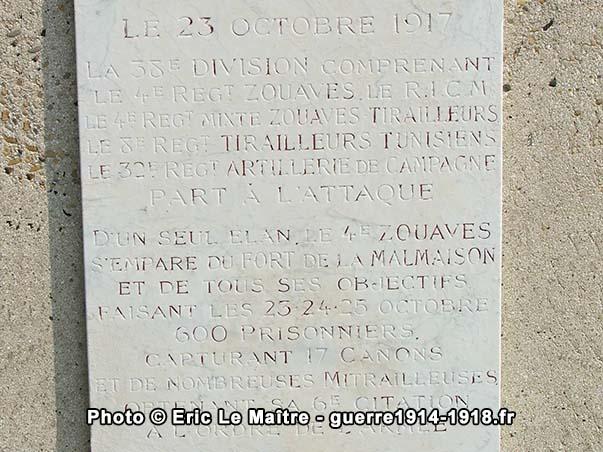 Gros plan de la plaque commémorative du monument de la 38e division