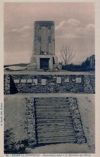 Carte postale ancienne représentant le monument de la ferme d'Alger dans son aspect original d'après guerre