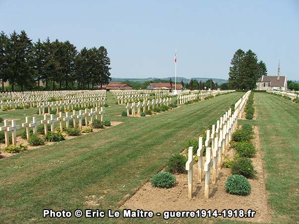 Alignement de croix funéraires au cimetière militaire de Cerny-en-Laonnois