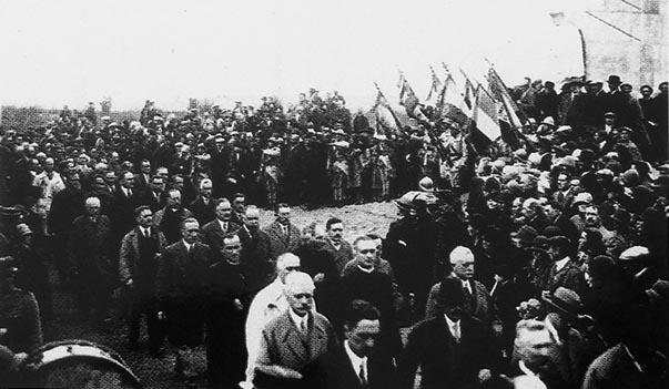 Le défilé des anciens combattants devant le monument des Basques