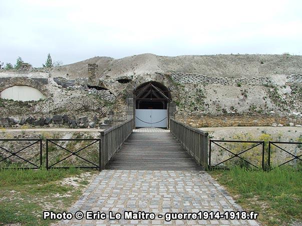 Pont-levis et porte d'entrée du fort de la Pompelle en 2007