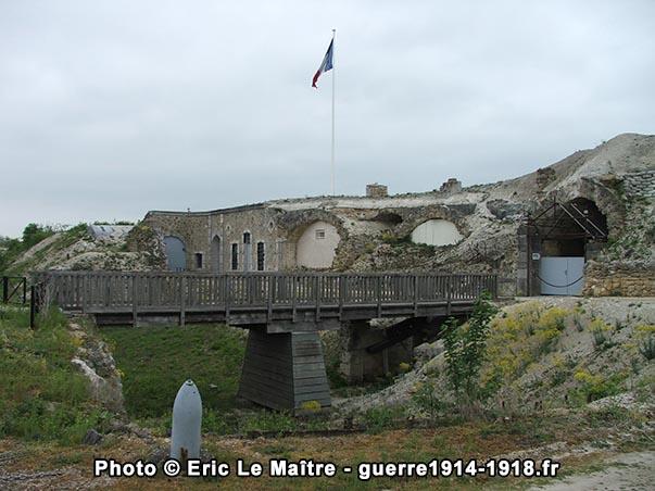 Une autre vue du pont-levis et de l'entrée du fort en 2007