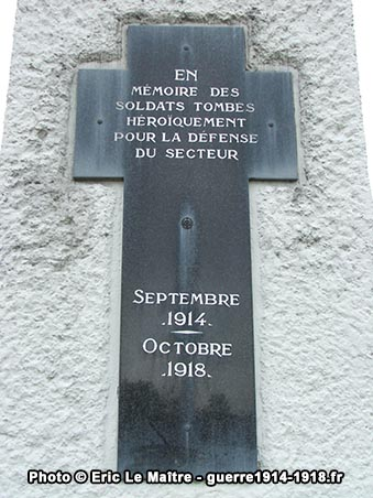 Plaque commémorative en forme de croix sur le monument de la ferme d'Alger