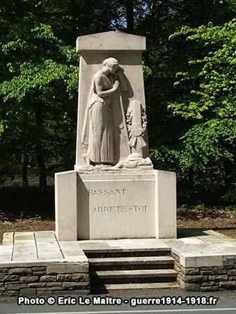 Vue rapprochée du monument du souvenir au Rond de la Reine