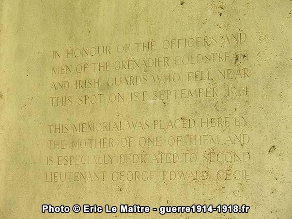 Inscription en anglais au dos du monument du souvenir au Rond de la Reine
