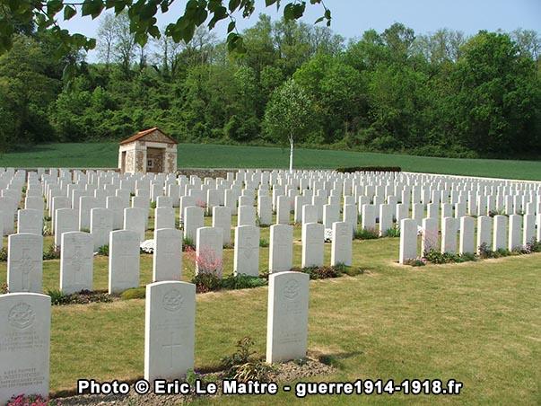 Rangées de pierres tombales blanches au cimetière militaire britannique de Vendresse-Beaulne