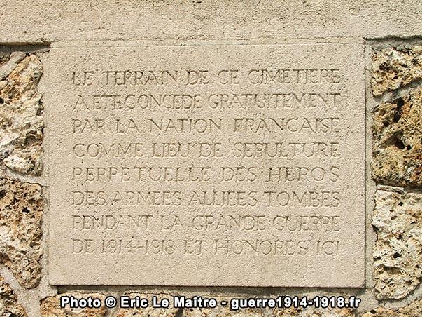 Informations gravées à l'entrée du cimetière militaire de Vendresse-Beaulne