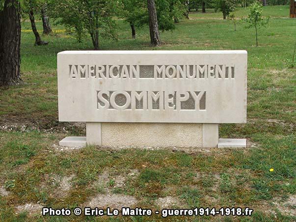 Stèle indiquant l'entrée du site du monument américain de Sommepy