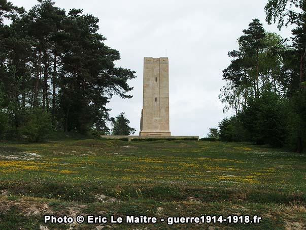 Le monument américain de Sommepy vu depuis la D320