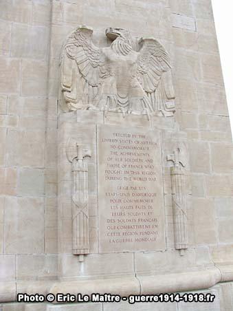 La dédicace gravée en français et en anglais sous l'aigle de la façade du monument américain de Sommepy