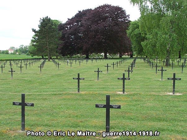Alignements de croix au cimetière militaire allemand de Saint-Etienne-à-Arnes
