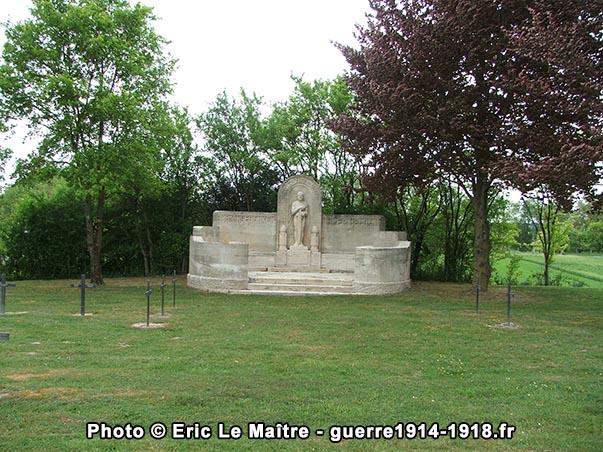 Monument aux morts d'époque du cimetière militaire allemand de Saint-Etienne-à-Arnes