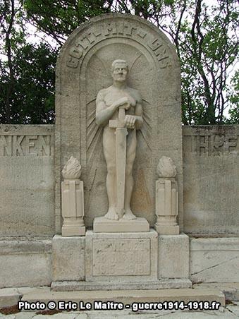 Vue rapprochée du monument aux morts de la 18. Infanterie Division allemande