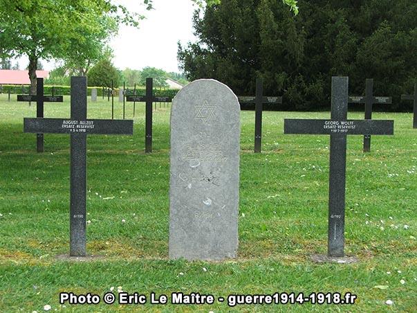 Trois sépultures individuelles du cimetière allemand de Saint-Étienne-à-Arnes