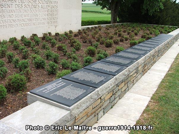 Quinze plaques sur lesquelles sont gravées les noms des soldats enterrés dans l'ossuaire
