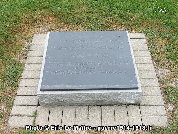 Stèle située à l'entrée du cimetière militaire allemand de Saint-Etiene-à-Arnes