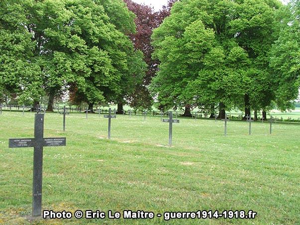 Les tombes entourés d'arbres, un rendu magnifique surtout pendant les saisons printemps/été