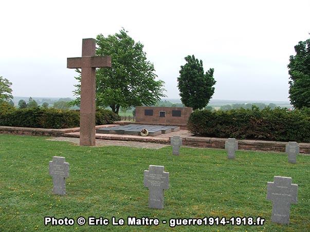 La tombe commune du cimetière militaire allemand de Souain-Perthes-lès-Hurlus