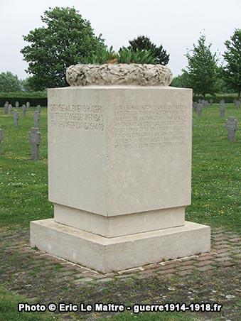 Vasque funéraire au centre du cimetière militaire allemand de Souain