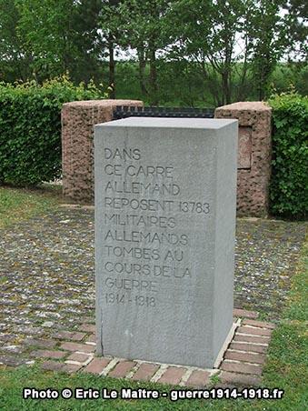 Bloc à l'entrée du cimetière militaire allemand de Souain
