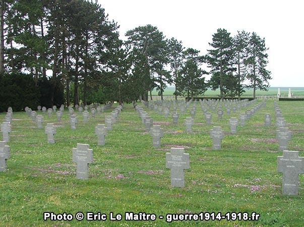 Les alignements de tombes de soldats allemands vus depuis l'ossuaire