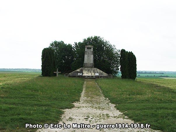 Vue éloignée du monument aux morts des 170ème et 174ème R.I. à Sommepy-Tahure