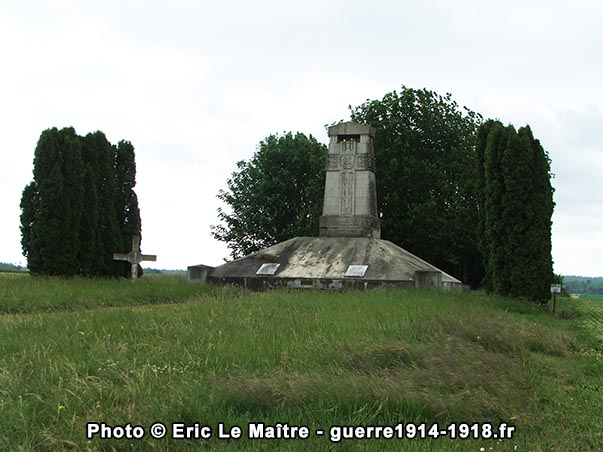 Vue de 3/4 face du monument aux morts des 170ème et 174ème R.I. à Sommepy-Tahure