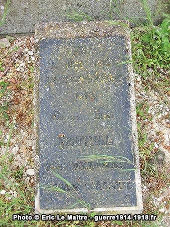 Plaque devant la tombe en mémoire de Georges Emile Estival