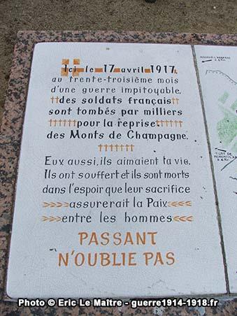 Inscription sur le côté gauche de la table d'orientation