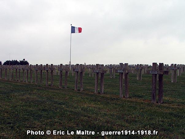 Le drapeau tricolore et les alignements de croix de la nécropole nationale d'Aubérive