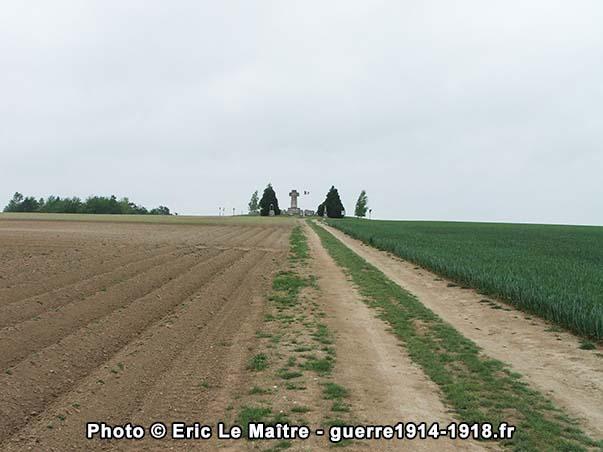La nécropole nationale de la 28ème brigade nichée en haut d'une petite colline près de Souain-Perthes-lès-Hurlus