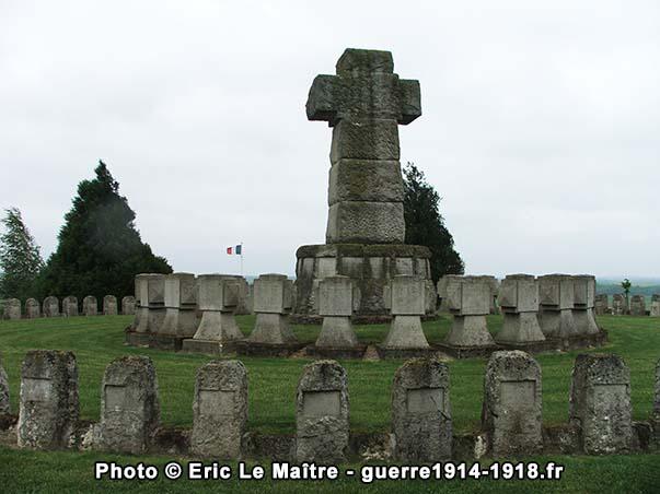 Deux cercles de stèles entourent le calvaire au centre de La Nécropole Nationale de Souain 28ème Brigade