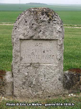 Stèle portant l'inscription : 42 / le sergent / J - Guichard