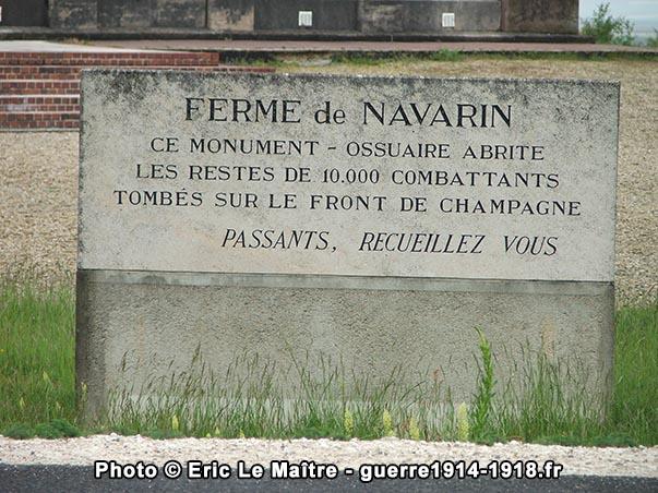 La stèle à l'entrée du monument ossuaire de la ferme de Navarin