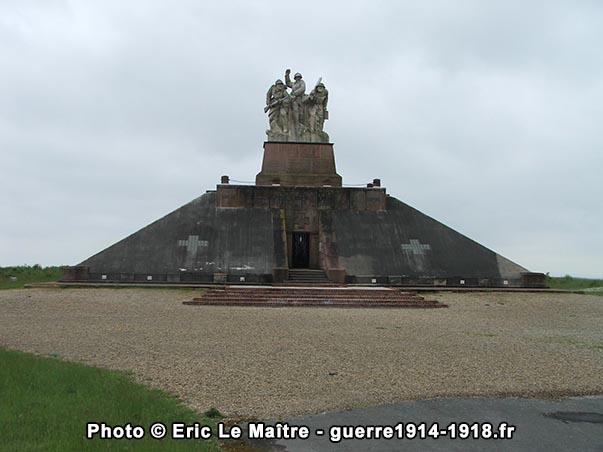 Le monument ossuaire de la ferme de Navarin vue de face