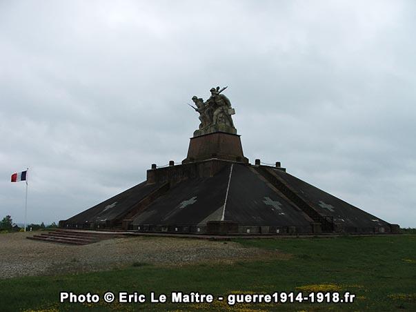 Le monument ossuaire de la ferme de Navarin vue de 3/4 face