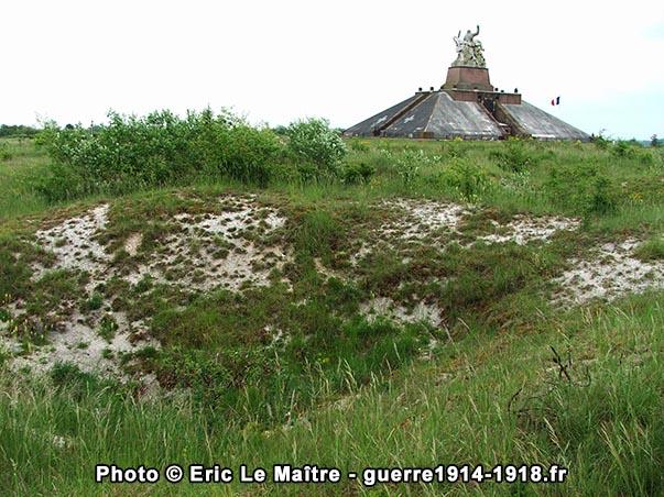 Trou d'obus derrière le monument ossuaire de la ferme de Navarin
