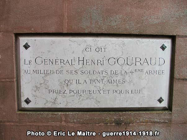 Plaque commémorative rappelant que le corps du général Henri Gouraud repose dans la crypte de l'ossuaire de Navarin