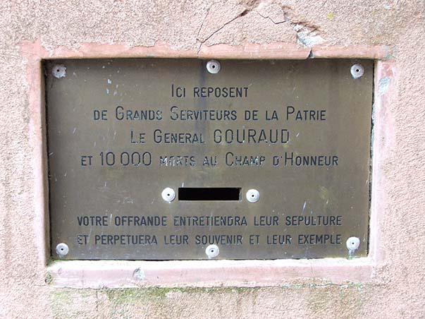 Boîte permettant d'effectuer des dons pour aider à l'entretien du monument et de l'ossuaire de Navarin